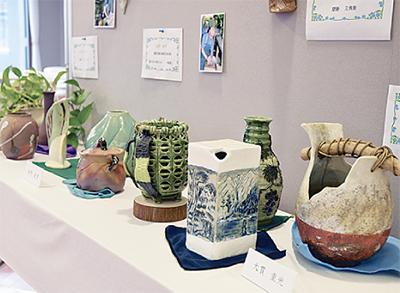 泉寿陶友会の60作品を展示