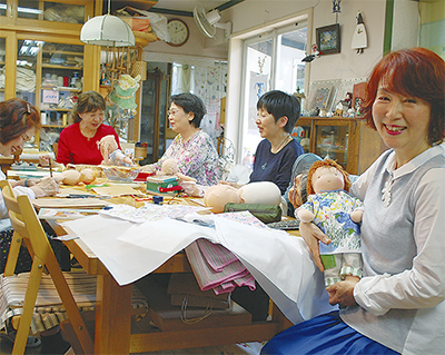 人形と羊毛の手仕事ずらり