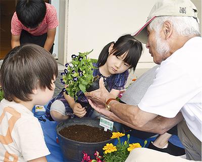 花でつながる児童と地域