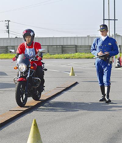二輪車で安全運転競う