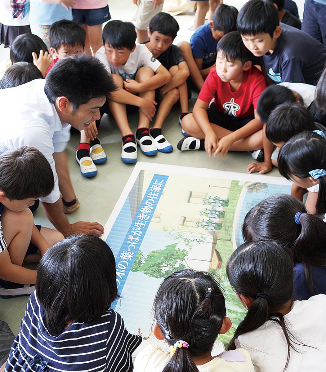 工事担当者の説明に聞き入る児童たち