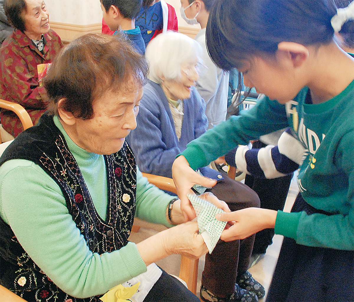 児童と折り紙交流