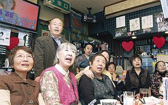 真唯林さんの「東京夜景」を歌うファンら(1月18日、スナック静香で)