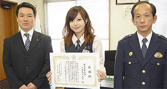感謝状を手にする奥野さん(中央)