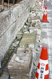 戸塚小近くの民家ではブロック屏が崩れ落ちた(3月12日)