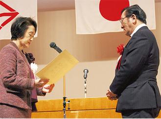 表彰される宮本会長
