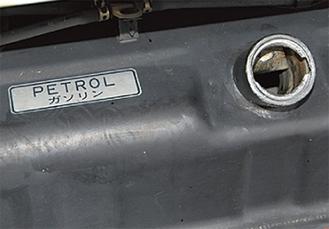 給油口が壊され、ガソリンが盗まれた自動車のタンク
