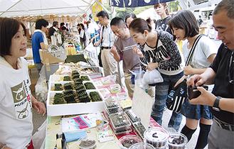 「古川食品」(宮城県)のしそ巻を試食、購入する来場者