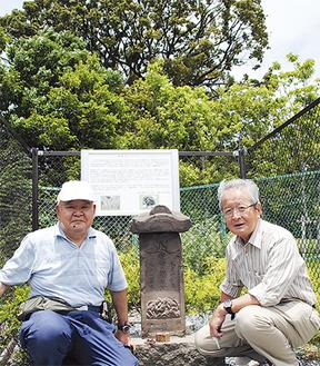 庚申塔を挟んで、同団体の福田さん(左)と島谷さん