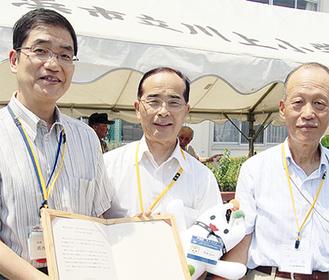 葛西区長と安斎町長、田中会長(左から)