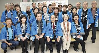 青坂さん(前列右から3人目)と会員ら