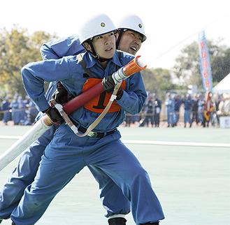 手を取り合い、放水する戸塚消防団第四分団