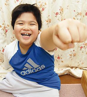 目標はパラリンピックでの金メダル。「がんばるぞー!」とこぶしを上げる昌矢君