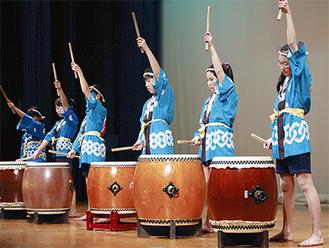 和太鼓を披露する柏尾小学校和太鼓クラブ