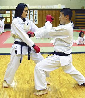 練習に励む寛太君(右)と姉の桃子さん