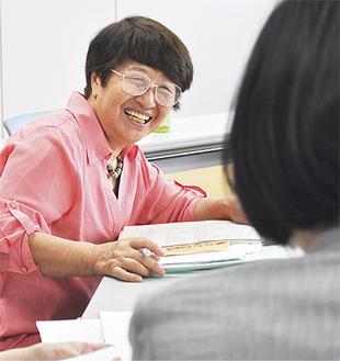 参加者との交流会で質問に答える高橋さん