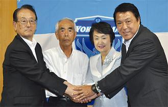 林市長と握手を交わす関係者ら