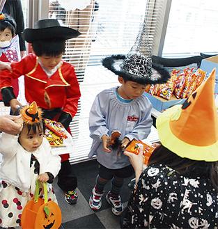 仮装を楽しみながら菓子をもらう子どもたち