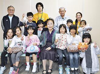 学童代表の児童と長野さん(前列中央)、大松さん(後列右から2人目)
