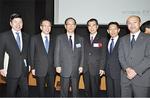 北川審査委員長(中央左)と会場で