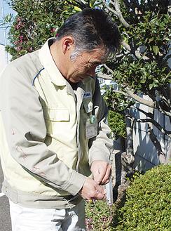 植栽管理では和やかな表情になる小菅さん