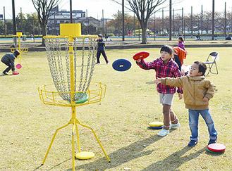 ディスクゴルフを楽しむ子どもたち