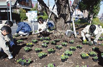 昼休み中に花の植え替えに励む社員たち