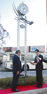 大時計前で葛西区長(右)が小泉社長に感謝を伝えた
