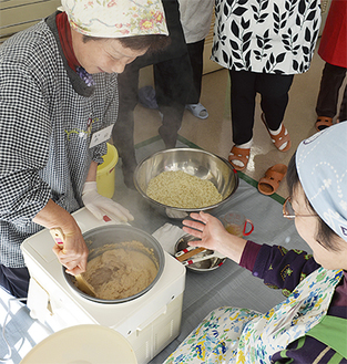 蒸した大豆をすりつぶし、糀と混ぜていく