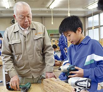 生徒に道具の使い方を指導する関野さん