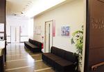 落ち着いた雰囲気の待合室