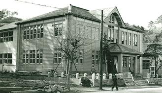 旧・戸塚区庁舎の写真も使用されている
