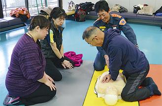 胸骨圧迫の練習の様子
