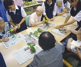 施設訪問で高齢者と交流