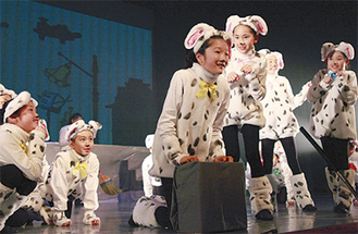 全編英語で行われる本格的ミュージカル(写真は、ディズニー101匹わんちゃん)