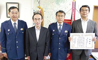 感謝状を受ける高橋支店長(右端)と川久保さん(左から2番目)