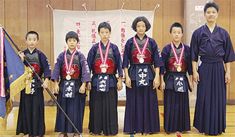 左から小野俊輔君、本村嘉偉君、大和田啓悟君、中丸佑妃さん、小川夢希也君、槌田和博監督