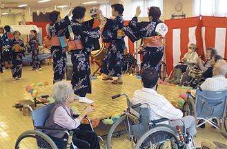 車椅子で盆踊りを楽しむ利用者ら