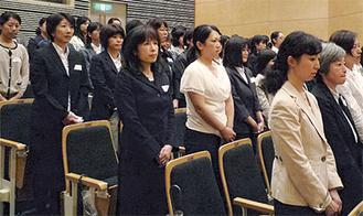 式に出席する採用者たち