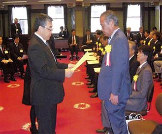 表彰を受ける小泉社長(右)
