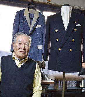 仕立てた紳士服と牧野満さん=作業場で