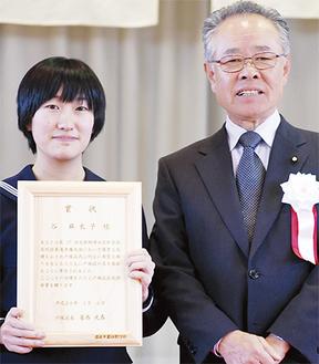 区民栄誉賞を受賞した谷さん(左)と常盤実行委員長