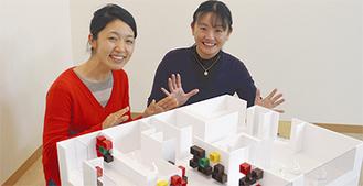 森代表(左)と北本さん、手前はカフェのイメージ模型
