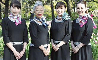 揃いの制服にスカーフをアレンジした大使たち