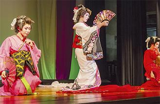 長女、次女と演じる毬菊さん(中央)