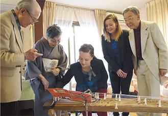 和楽器を体験したリカルダさん(中央)とリザさん(右から2番目)、一番右は早瀬会長