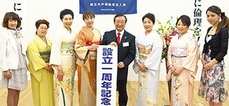 鈴木会長(中央)と女性会員ら