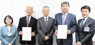 感謝状を手にする小松会長(左から2番目)と石井会長(右から2番目)