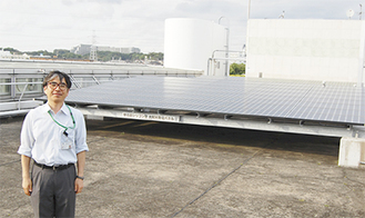 太陽光発電パネルについて説明する樋渡さん