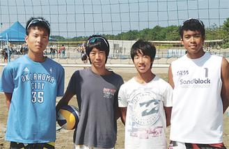 (左から)吉田君、高橋君、水谷君、新垣君